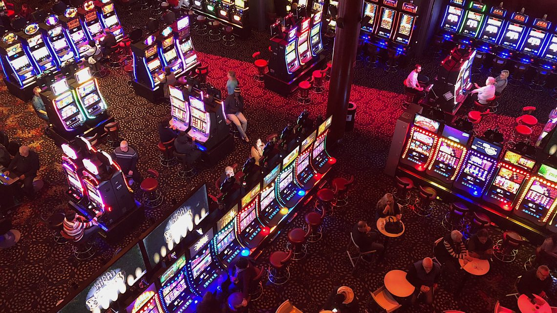 What are the factors that are attracting the audience to play slots?